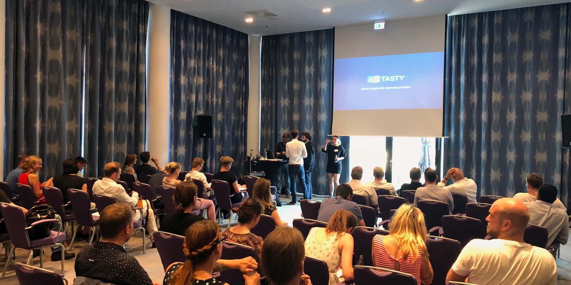 Interessierte Conversion-Optimiererinnen und -Optimierer im nhow Hotel Berlin. Danke an alle Teilnehmer für euer Engagement auch nach der Arbeit!